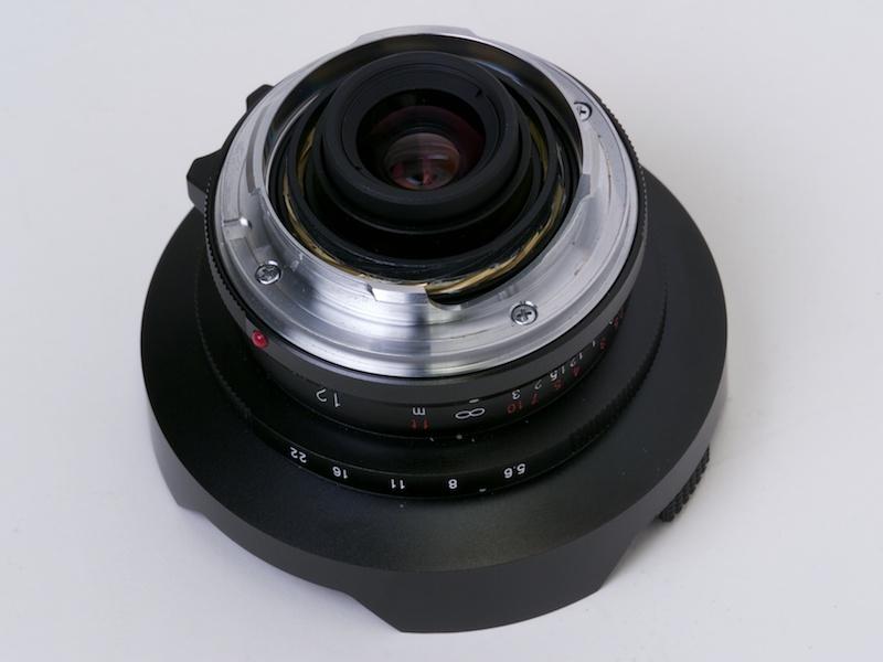 <b>ULTRA WIDE-HELIAR 12mm F5.6 Aspherical IIは旧VLマウント版(ULTRA WIDE-HELIAR 12mm F5.6 Aspherical)から光学系を引き継ぎ、距離計連動レンズとしてリニューアルした製品。見た目も現代的になった</b>