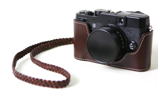 <b>FUJI・X10用イタリアンレザー製カメラボディケース。チョコ(左)とブラウン(右)。ストラップは別売。</b>