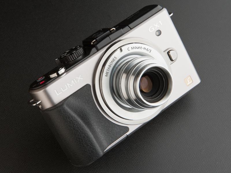 <b>レンズ固定式カメラのような一体感のある佇まいだ。大型グリップがよいアクセントになっている</b>