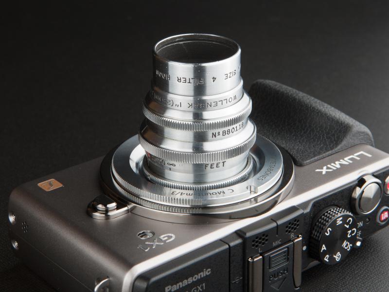 <b>シネラプター25mm F1.9は純正フードが用意されている。ただし、装着するとケラレるので要注意だ</b>