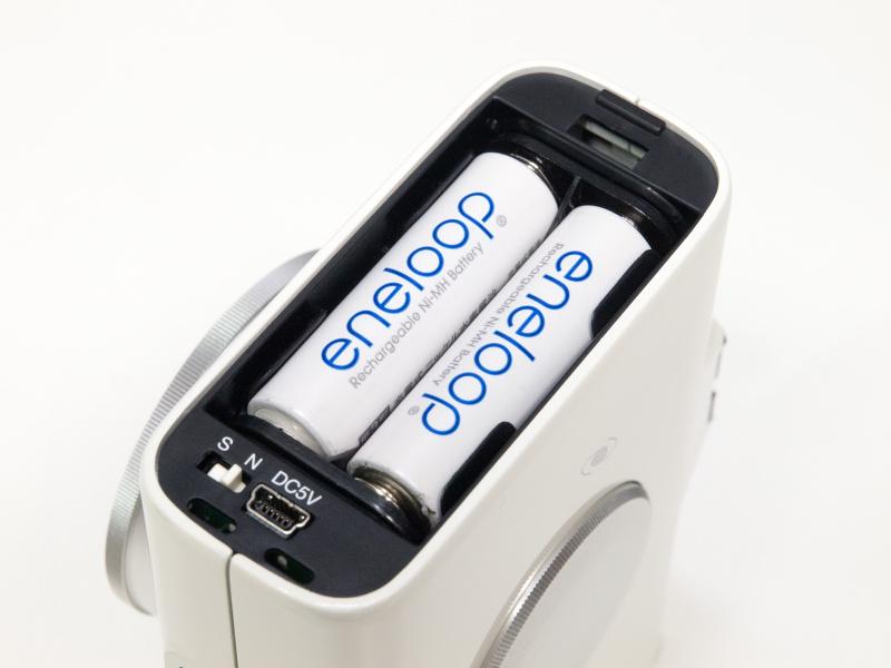 <b>電源は単3電池2本を使用。アルカリ乾電池、ニッケル水素充電池、ニカド充電池に対応する。約2時間動作(気温20度、2kg搭載時:アルカリ乾電池使用)。USB-mini B型対応の外部電源も利用可能だ。電池室下部の「S/N」スイッチは、北半球/南半球のモード切り替えスイッチ</b>
