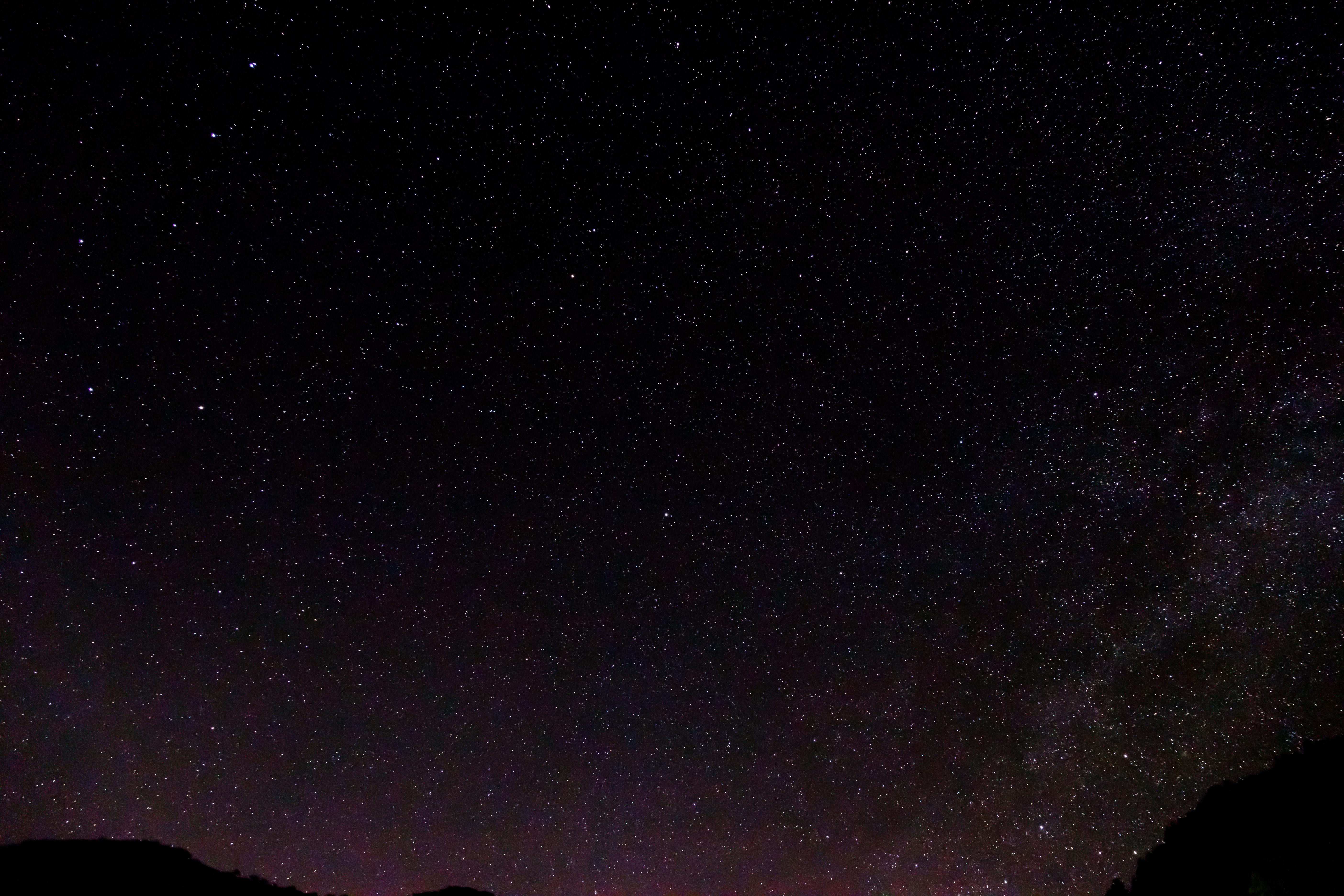 <b>(イメージ)赤道儀を使用し、星々を追いかけて流さずに撮影</b>