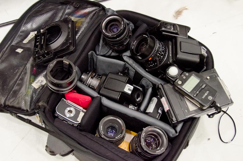 <b>この日はハッセルブラッドのデジタルバッグでの撮影がメインだったので、予備としてフィルム対応アクセサリーも含めてシステム全部揃えての機材持ち込み。懐かしのポラロイドマガジンやエクステンションリングも揃っている</b>