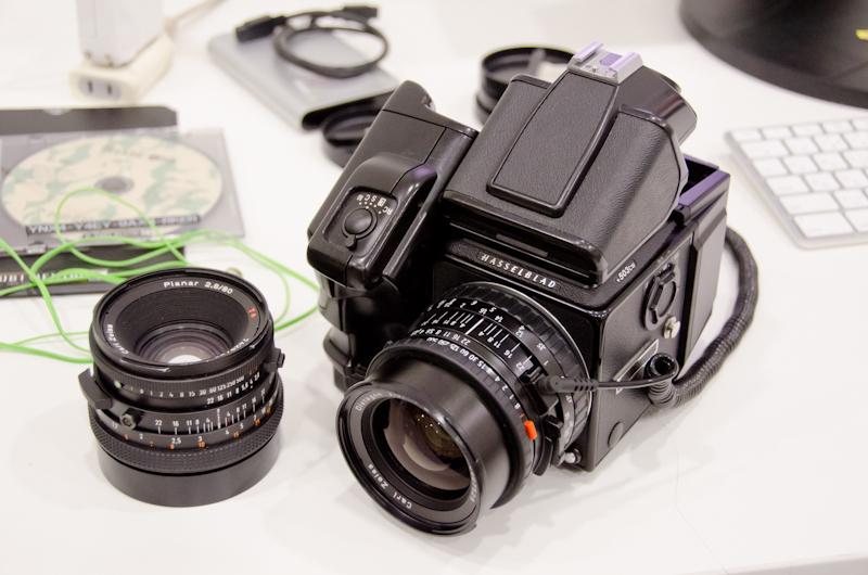 <b>本日のメイン機材は、45度でファインダーを覗くタイプのプリズムファインダーPM5とワインダーを装着したハッセルブラッド503CWにフェーズワンのP40+デジタルバック。レンズは主にプラナー80mmとディスタゴン60mm。他に120mmマクロや100mmも</b>
