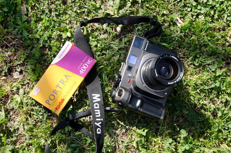 <b>散策しながらの自然撮影でよく使うのは、ややワイドの65mm F4付きのマミヤ7。フィルムはネガカラーでコダックのポートラ400VC。120の倍のカット数が撮れる220タイプのロール</b>