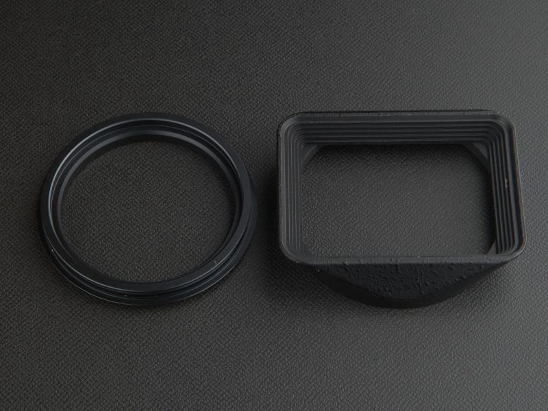 <b>ユーエヌのスクエアフードは、フードとリングに分かれている。実勢価格は6,480円</b>