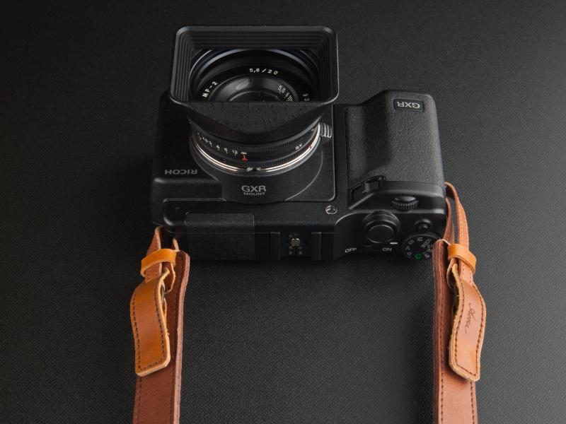 <b>カメラ本体に装着したとき、取り付け部が左右同じ位置にくるように設計されている</b>