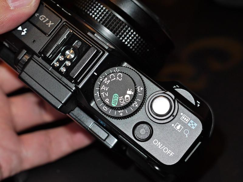 <b>PowerShot G12などと同じく2段のダイヤルを配置。撮影モードダイヤルと露出補正ダイヤルを同軸に配置した。ISO感度ダイヤルは省略している</b>