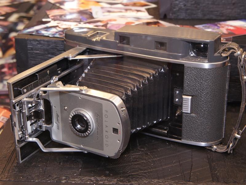 <b>Z340の展示にあわせて、ランドカメラやSX-70などポラロイドカメラをディスプレイしていた</b>