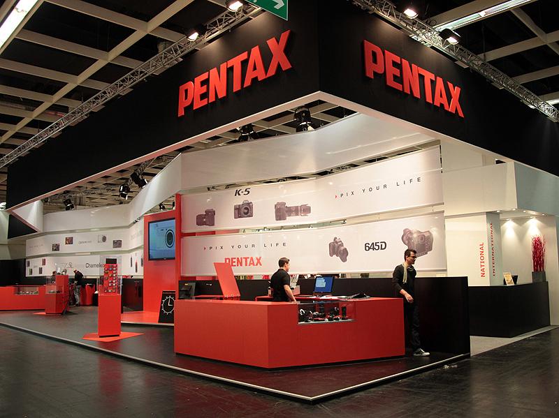 <b>645Dの海外初披露となったフォトキナ2010のペンタックスブース</b>