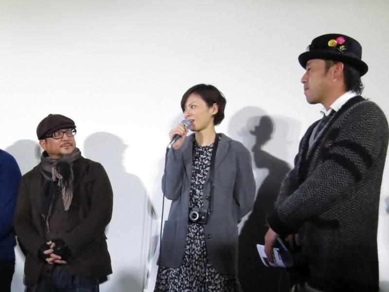 <b>モデルの今宿麻美さん(中央)は、今回の撮影をきっかけにカメラにハマったと話していた</b>