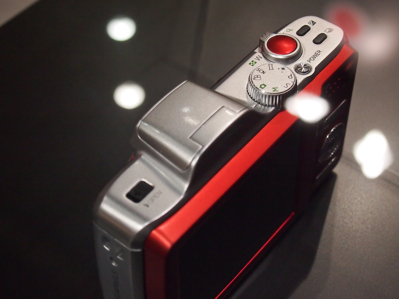 <b>アグファの銀塩カメラを思わせる赤いシャッターボタンを装備</b>