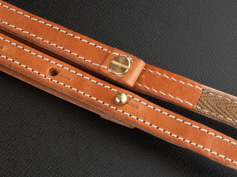 <b>長さ調整の金具はギボシを用いている。デザイン上のポイントにもなっている</b>