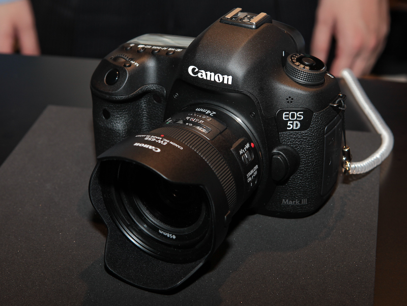 <b>EF 24mm F2.8 IS USMの装着例</b>