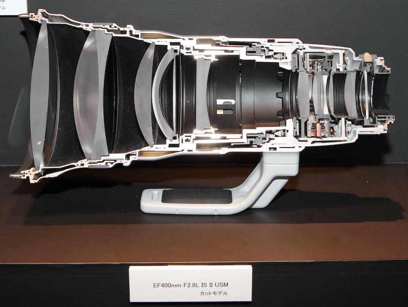 <b>超望遠レンズのカットモデルも展示。EF 400mm F2.8 L IS II USM</b>