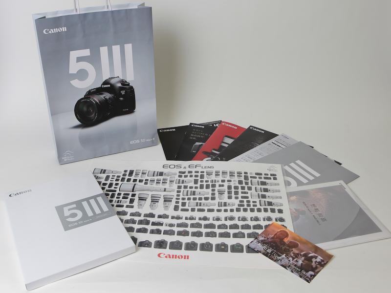 <b>来場者には記念品として「EOS 5D Mark III SPECIAL BOX」(野町和嘉氏撮影によるプリント、カタログ類)とEOSおよびEFレンズのシールを配布する</b>
