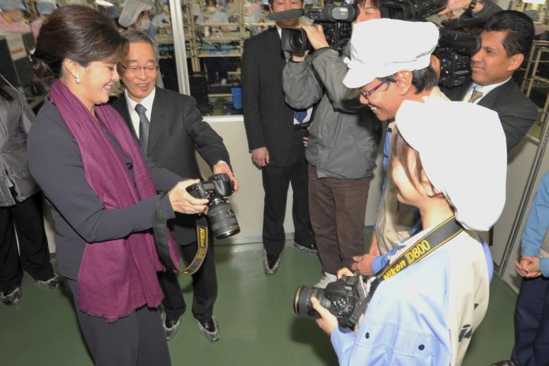 <b>仙台ニコンで生産する「D4」を操作するインラック首相</b>