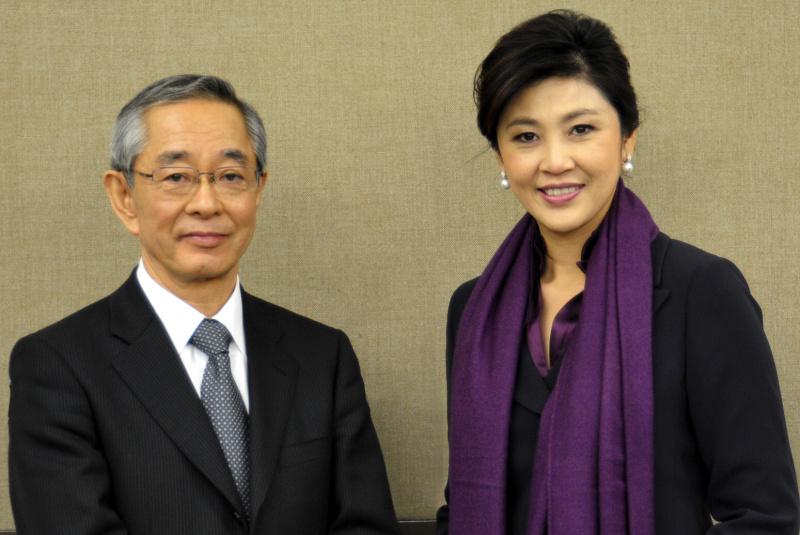<b>タイ王国のインラック首相(右)とニコンの木村社長(左)</b>