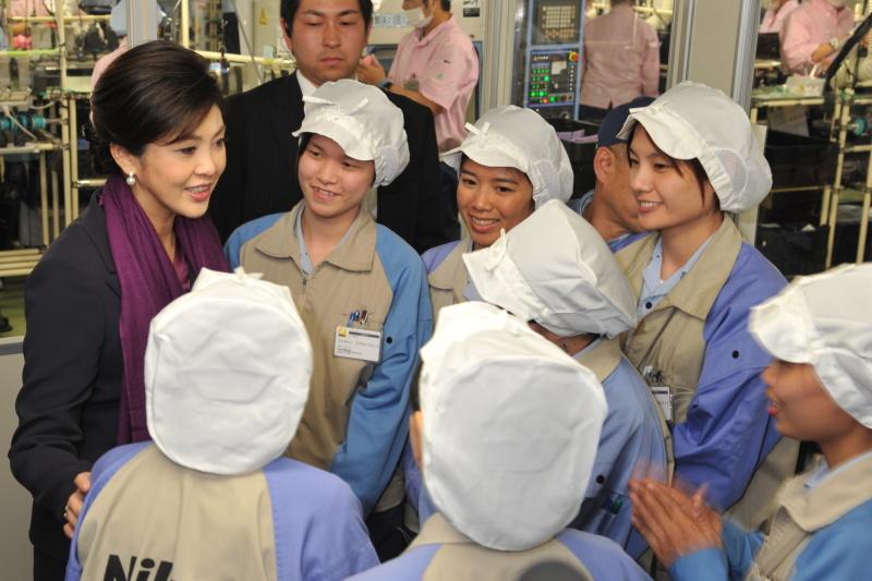 <b>代替生産のため来日しているタイ人従業員と交流するインラック首相</b>