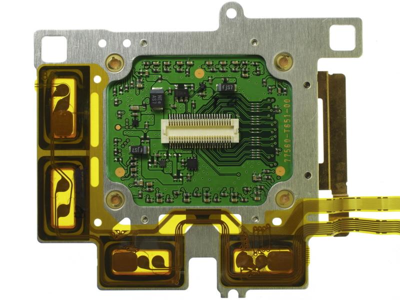 <b>SRユニットの背面。磁石に合せてコイルもL字型に配置した</b>