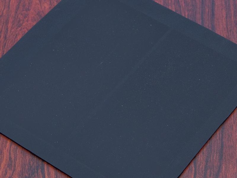 <b>ニューソン氏とやり取りしたラバーのサンプル。写真ではわからないがストライプ幅に微妙な違いがある</b>