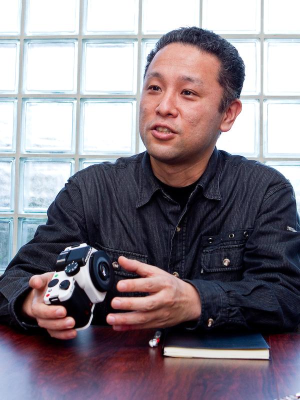 <b>DA 40mm F2.8 XSの設計を担当した飯川誠氏。「従来のレンズとは違ったデザインが個性的ですし、写りも文句無いレベルです。是非このレンズを使って欲しいですね」</b>