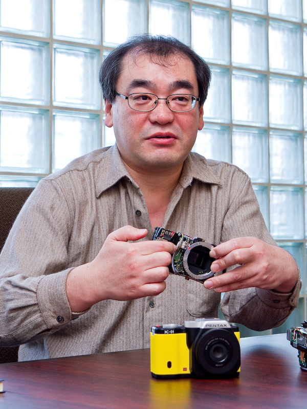 <b>メカ設計を担当した細川哲生氏。「我々もずいぶん見慣れましたが、それでも飽きの来ないデザインですね」</b>