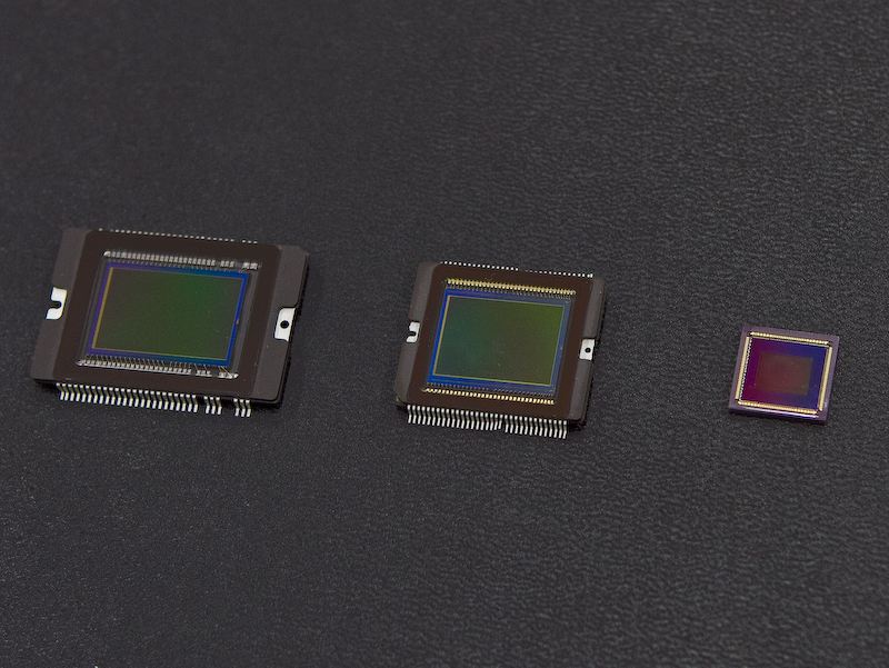 <b>センサーサイズ比較。左からAPS-Cサイズ、1.5型、1/1.7型</b>