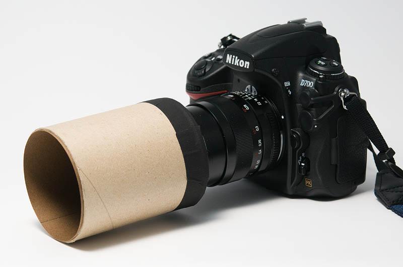 <b>レンズの前に紙筒を付けた状態。カッコ悪いと思う人は黒い紙を巻くなりして、普通のレンズフードのフリをしてください(笑)</b>