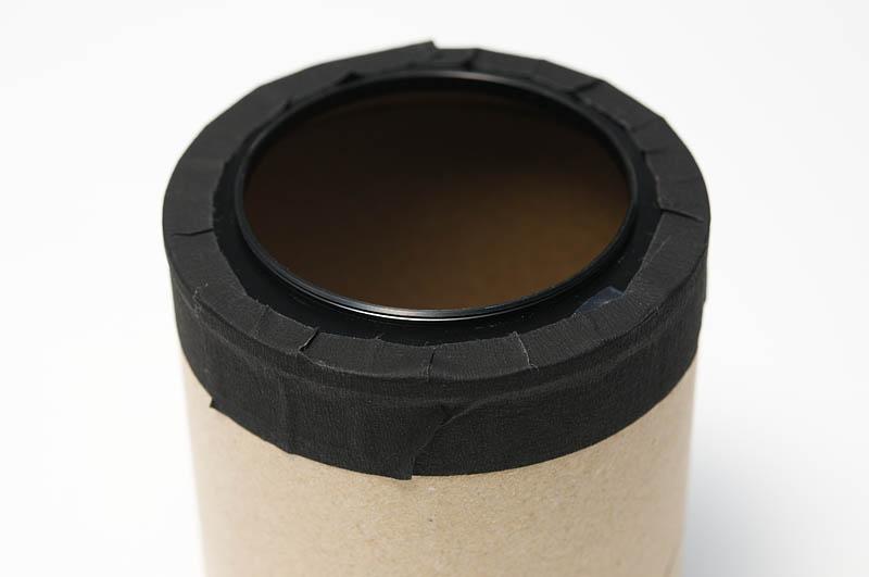 <b>紙筒を後ろから見たところ。ステップアップリングをテープで留めただけ。軽いのでこれでも全然問題なし。</b>