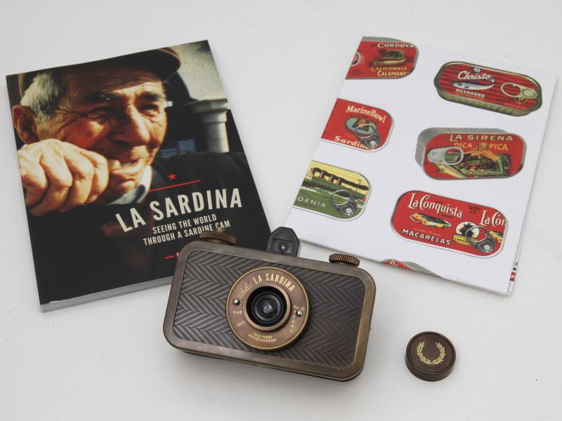 <b>同梱品。冊子はLa Sardinaの作例写真集(左)と各国語対応の説明書(右)。フィルムセットの手順から多重露光の方法まで記載してある</b>