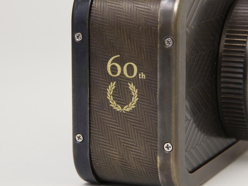 <b>側面にはブランド設立60周年を記念したマーク</b>