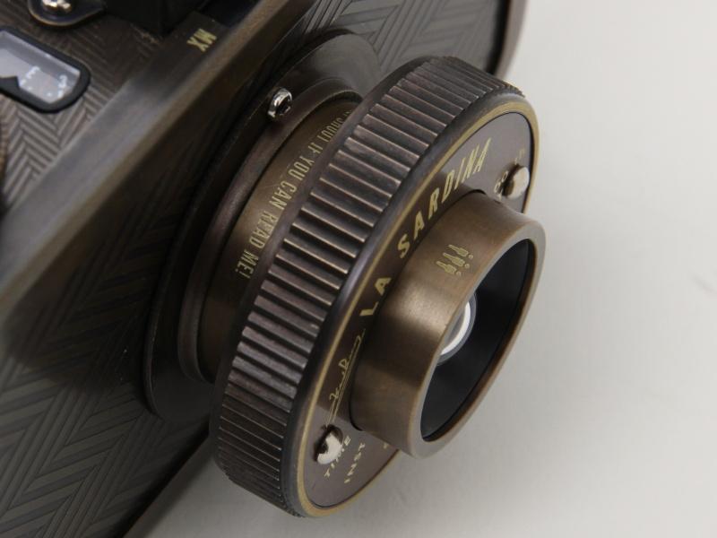 <b>レンズは沈胴式で、撮影時に引き出す。先端部を回して0.6〜1m、1m〜∞の撮影範囲を選ぶ</b>