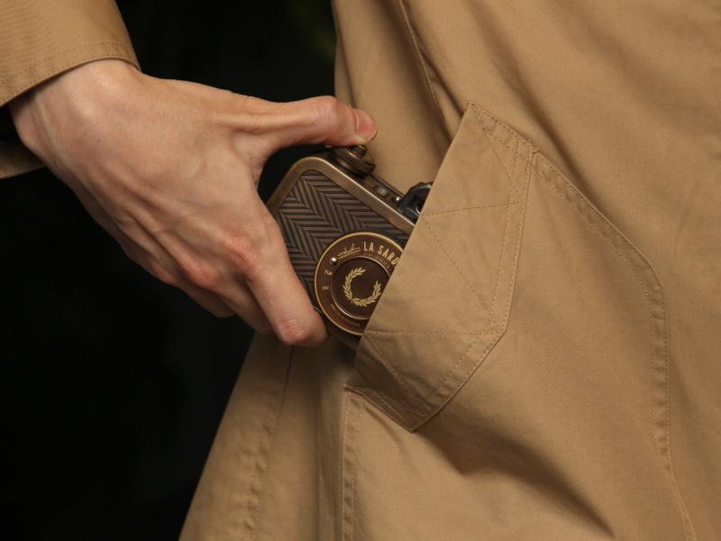 <b>銀塩コンパクトカメラのようなサイズ感。上着のポケットに放り込んで身軽に出かけるのもいいだろう</b>