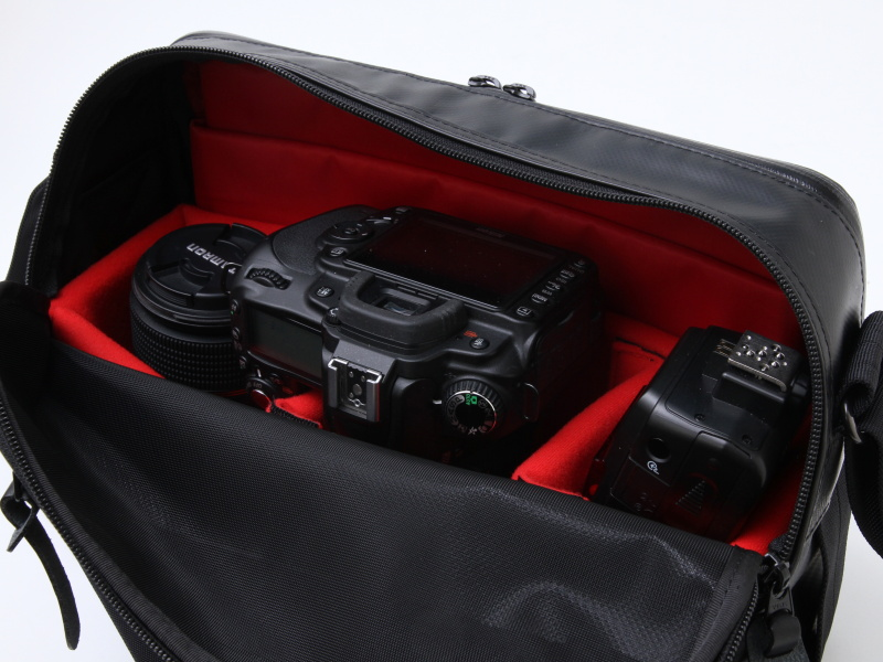 <b>一眼レフカメラの収納例。左奥からタムロンSP AF 90mm F2.8 Di MACRO 1:1、ニコンD90(AF-S DX NIKKOR 16-85mm F3.5-5.6 G ED VRを装着)、クリップオンストロボSB-600</b>