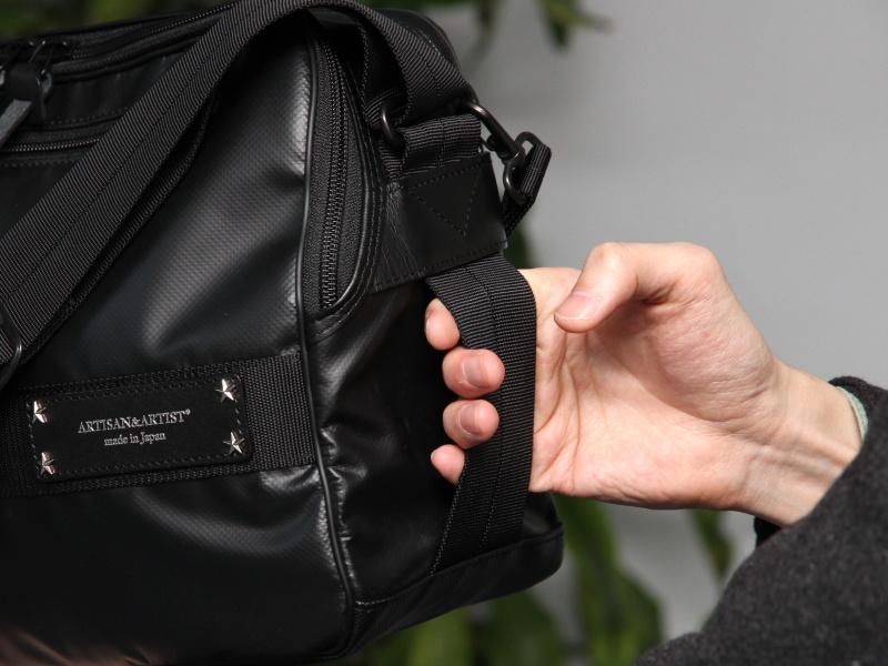 <b>側面にもハンドルとして使える部分が。網棚からバッグを降ろす場合などを想定しているという</b>