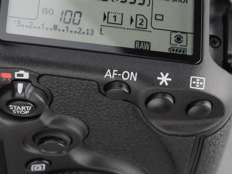 <b>測距点選択、AEロック、AF-ONボタンは5D Mark IIと同じ並び。EOS 7Dと同様のライブビュー/動画スタート・ストップスイッチが搭載されている。</b>