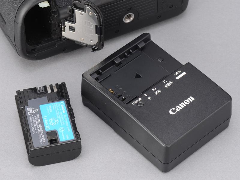 <b>使用する電池は5D Mark IIと同じLP-E6。5D Mark IIで予備電池を持っていた人はそのまま5D Mark IIIでも活用できる。常温で約950枚撮影可能。</b>
