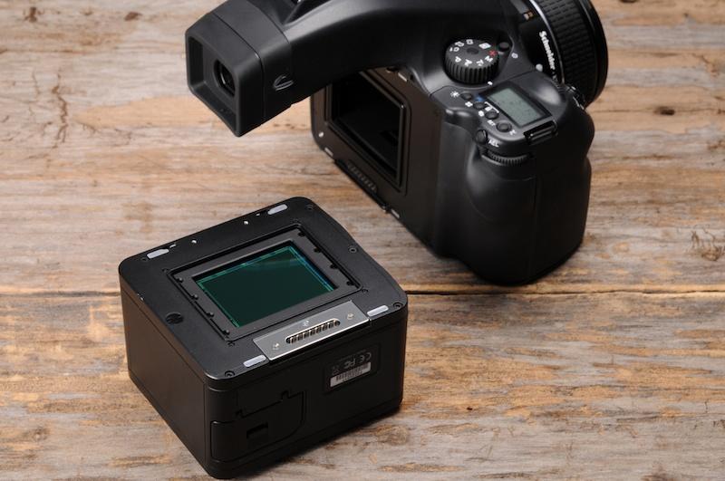 <b>645フォーマットのカメラボディに取り付けられる。写真右のボディはデジタルバック専用のPhaseOne 645DF</b>