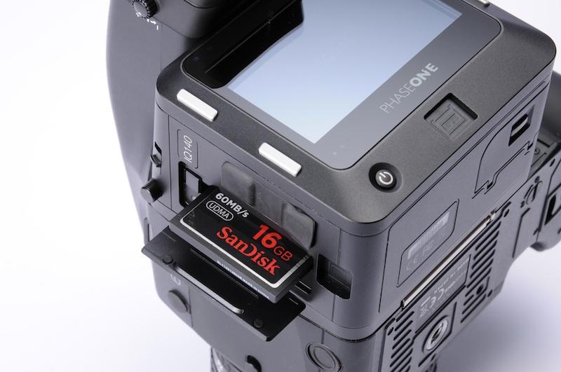 <b>記録メディアスロットを備えている。CFが利用可能</b>