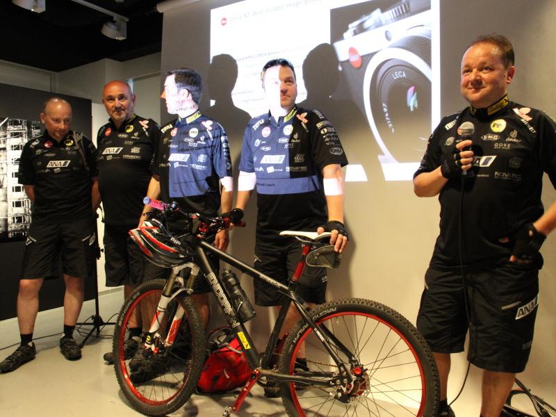 <b>20年前からドイツ移民の足跡を求めて世界を旅しているという自転車チームのメンバー。このうち3名がライカカメラAGの社員。ドイツの国営放送が取材についているという</b>