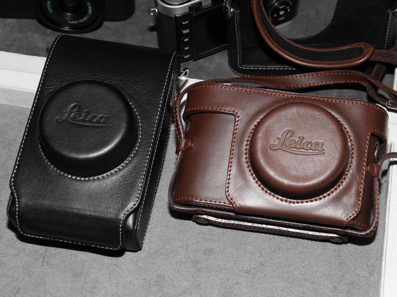 <b>ライカX2用の革ケース。左が縦型、右が速写タイプの横型。いずれもショルダーストラップが付く</b>