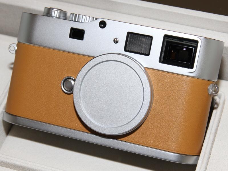 <b>ワルテル・デ・シルヴァ氏デザインのカメラボディ。M9チタンでは残ったアクセサリーシューも、このモデルでついに廃された。ブライトフレームは通常の採光式</b>