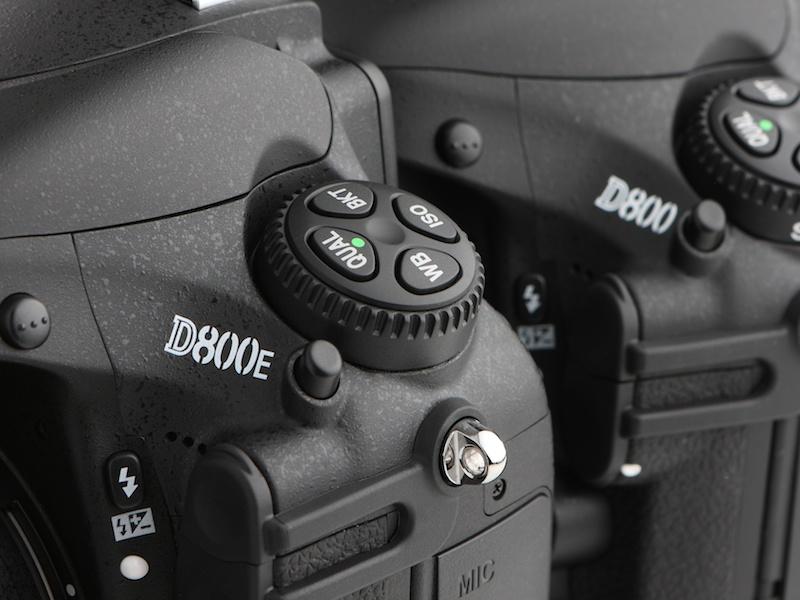 <b>D800EとD800を外観上、唯一違いを見極められる部分といえば、カメラ前面部の機種名ロゴ。D800Eが今後ユーザーにどのように評価されるか、注目したい。</b>