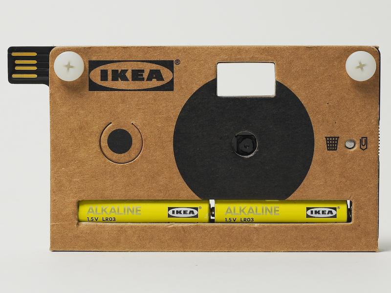 <b>今回は林氏が調達したIKEAのバッテリーを入れてみた。バッテリーの色でカメラのデザインも変わるというおもしろさがある。バッテリーは単4電池×2本</b>