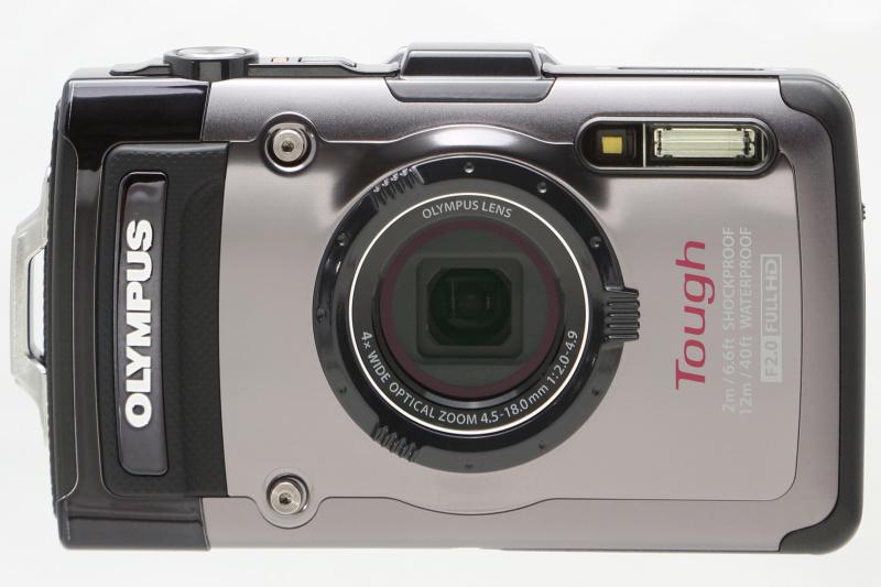 <b>正面。これまでのToughシリーズ同様、レンズには屈曲光学系を採用している。ズーミングによるレンズ鏡筒の繰り出しはない。デザインはほかのToughシリーズ機と異なり、カメラの中央にレンズを配置した比較的オーソドックスなもの</b>