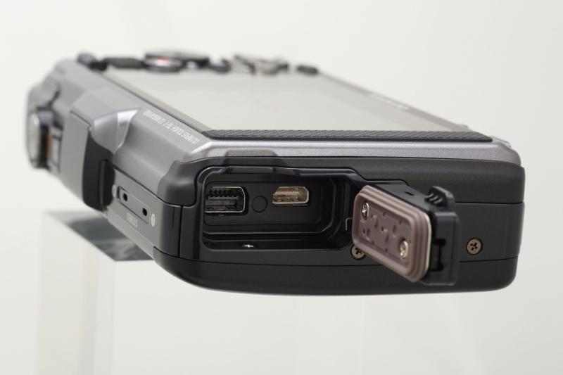 <b>デジタル通信兼AV OUT端子のマルチコネクタとHDMIマイクロコネクタ。こちらの蓋にも防水用のゴムパッキンがある</b>