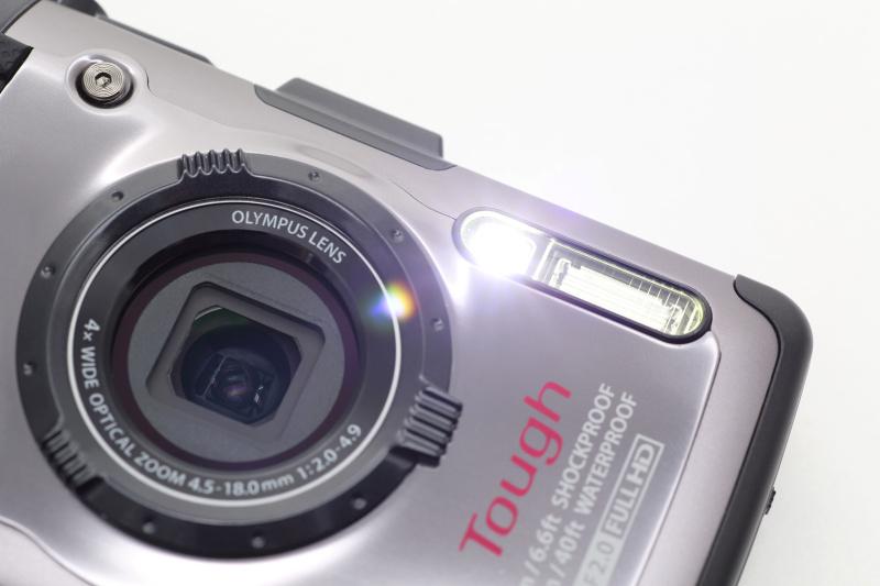 <b>白色LEDのワンタッチライトを搭載。暗いところでの撮影補助光としたり、被写体を照らしてピント合わせを行なうこともできる。また一時的な懐中電灯の代わりとしても便利</b>