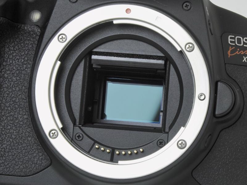 <b>APS-Cサイズ相当の有効1,800万画素CMOSセンサー。画素数こそ前モデルと同じだが、撮像面に位相差検出式AF用の画素を搭載した</b>