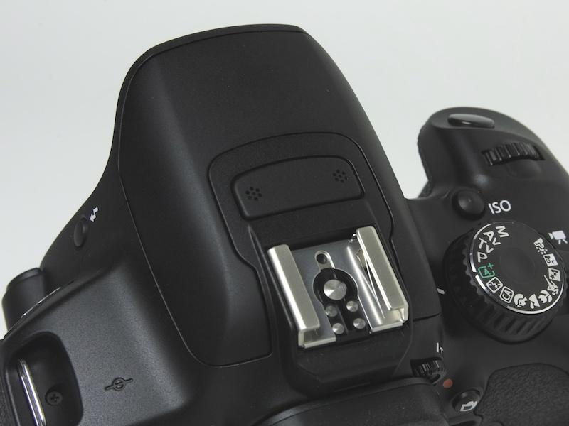 <b>ペンタ部上部にステレオマイクを装備。EOS Kiss X5はモノラルマイクだった</b>